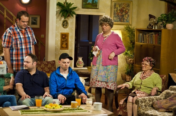 Sitcom je adaptací série britské BBC MRs. Brown´s Boys.